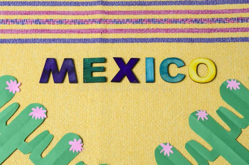 Il Messico ha fatto dalle lettere di legno variopinte e dal cactus verde di carta