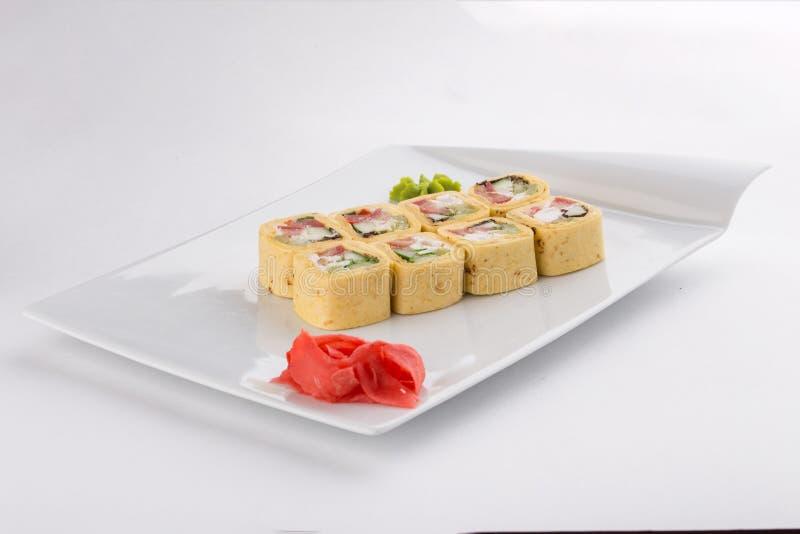 Il Messico Maki Sushi Roll ha fatto del formaggio cremoso, del pomodoro, del cetriolo e della tortiglia isolati su fondo bianco immagine stock libera da diritti