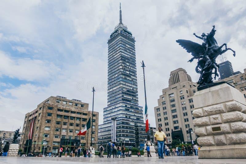 IL MESSICO - 20 SETTEMBRE: Folla della gente al palazzo della plaza di belle arti con la torre dell'America latina nei precedenti fotografia stock