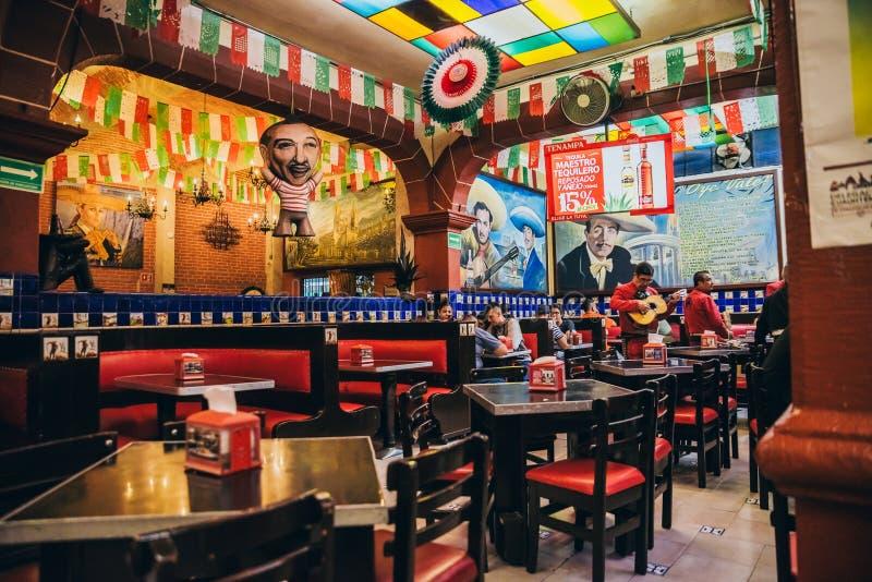 IL MESSICO - 21 SETTEMBRE: Interno di Tenampa Antivari decorato con il mexi fotografia stock libera da diritti