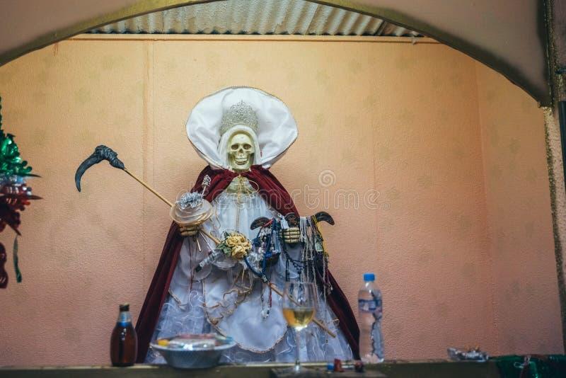 IL MESSICO - 20 SETTEMBRE: Scultura ed altare della morte santa ad un mercato locale fotografia stock