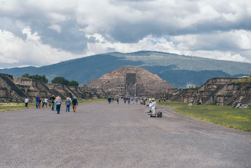 IL MESSICO - 21 SETTEMBRE: Strada che conduce alla piramide della luna immagine stock libera da diritti