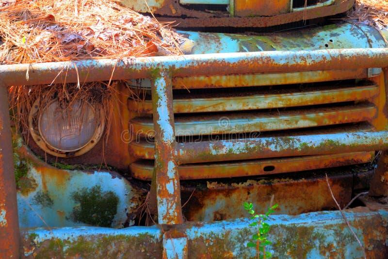 Il metallo blu rustico su un camion abbandonato fotografie stock