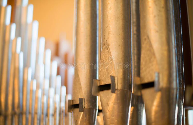 Il metallo dello strumento musicale dell'organo convoglia grande fotografia stock libera da diritti