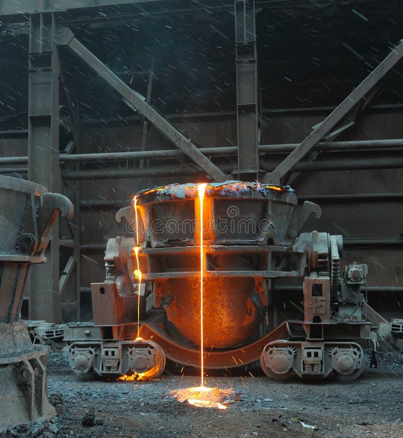 Il metallo fuso versa fuori da una siviera fotografia stock libera da diritti