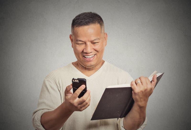 Il mezzo felice ha invecchiato le notizie divertenti leggenti dell'uomo sullo Smart Phone immagine stock