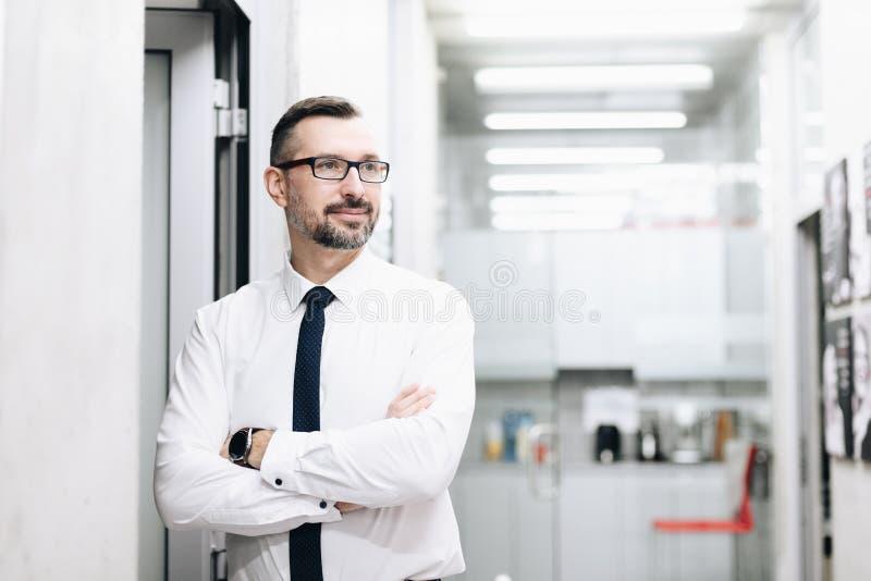 Il mezzo ha invecchiato l'uomo d'affari bello in camicia bianca immagini stock libere da diritti