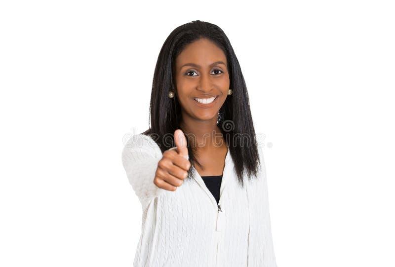 Il mezzo piacevole amichevole ha invecchiato la donna sorridente che dà i pollici su immagini stock libere da diritti