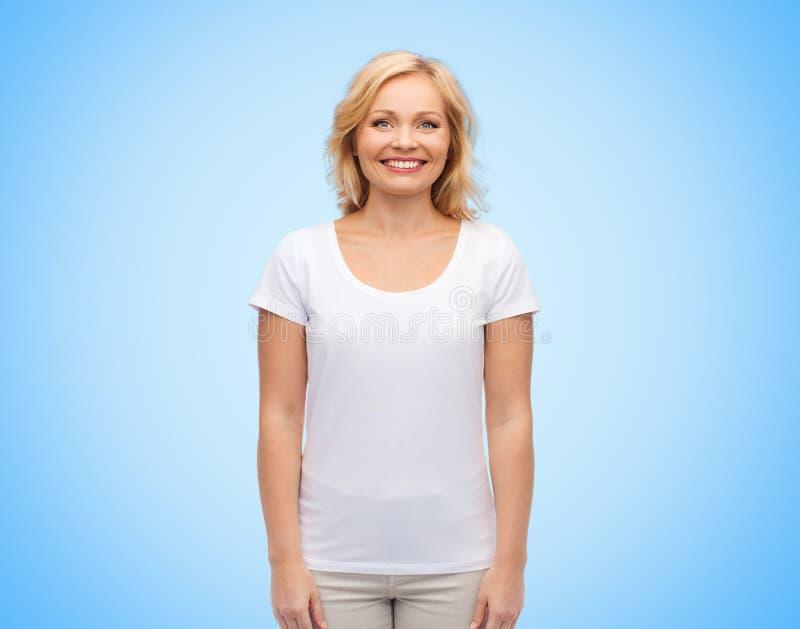 Il mezzo sorridente ha invecchiato la donna in maglietta bianca in bianco immagine stock libera da diritti