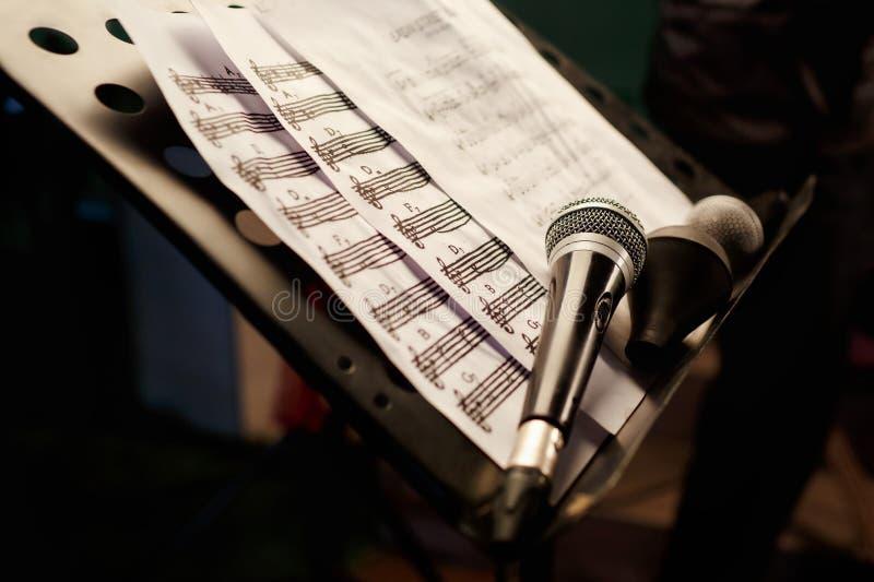 Il microfono con le note Ripetizione di canto di karaoke fotografia stock libera da diritti