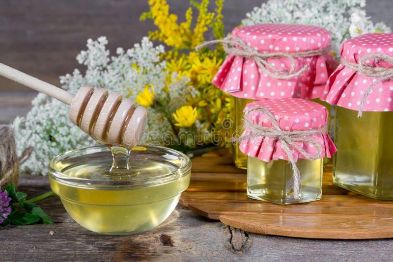 Il miele in un vetro stona e merlo acquaiolo del miele fotografia stock libera da diritti