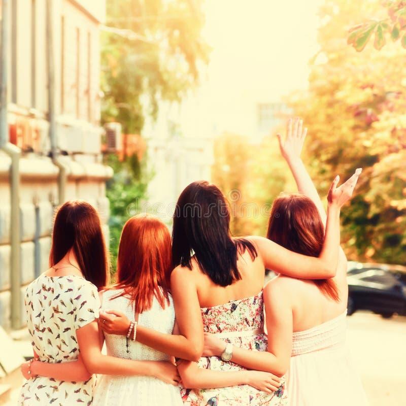 Il migliore abbracciare delle amiche fotografia stock
