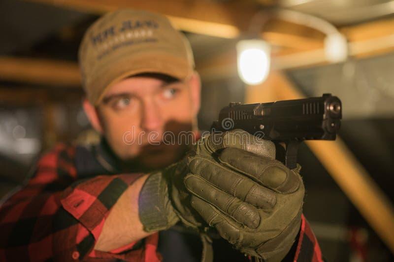 Il militare con una pistola e fa un genere differente del fronte fotografie stock libere da diritti