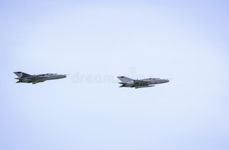 Il militare scaturisce mig-21 sul fondo del cielo blu fotografia stock libera da diritti
