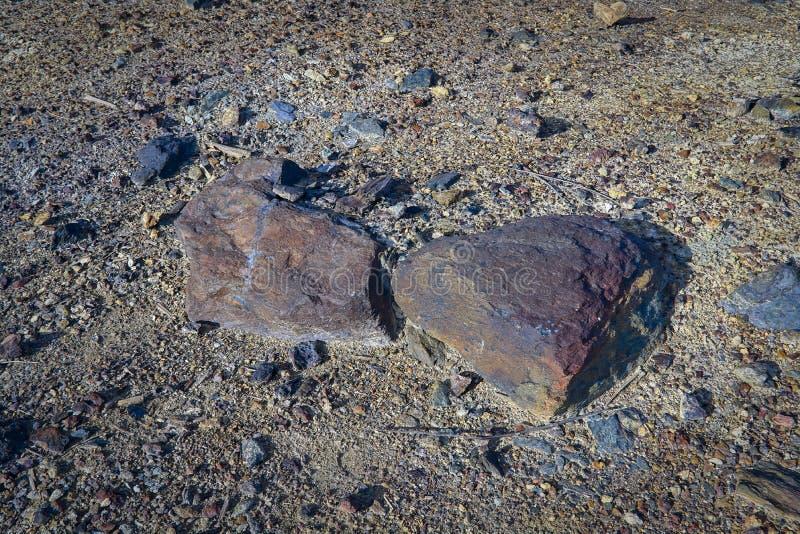 il minerale di ferro si trova sulla superficie della terra vicino alla miniera immagine stock