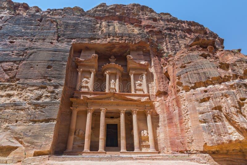 Il Ministero del Tesoro della costruzione di faraone scolpita nella parete rocciosa a PETRA, Giordania immagini stock libere da diritti