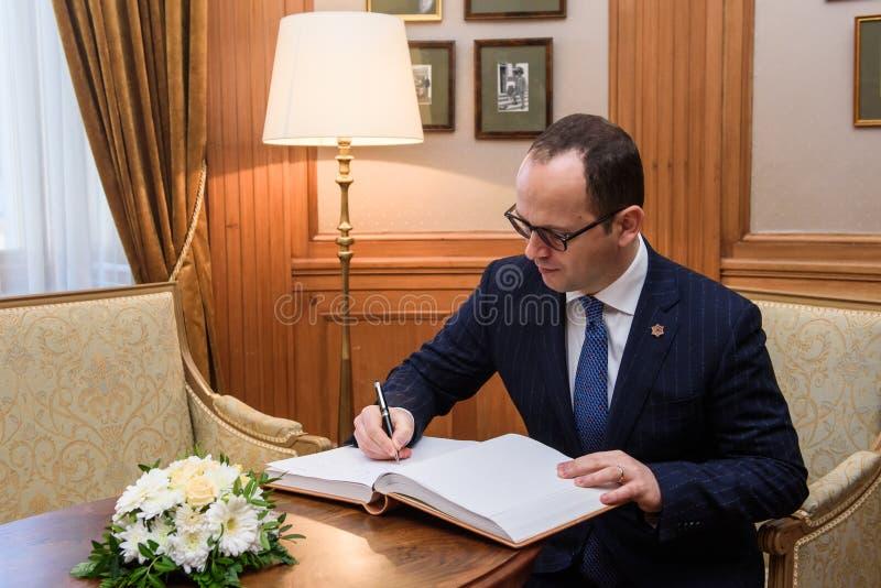 Il ministro degli affari esteri albanese Ditmir Bushati firma al libro di ospite immagine stock libera da diritti