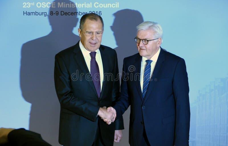 Il ministro degli affari esteri Dr Frank-Walter Steinmeier del tedesco accoglie favorevolmente Sergey Lavrov immagini stock