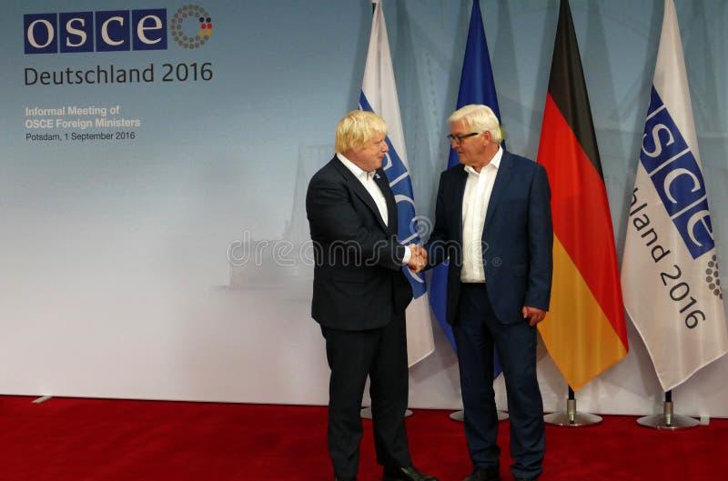 Il ministro degli affari esteri federale Dr Frank-Walter Steinmeier accoglie favorevolmente Boris Johnson fotografia stock