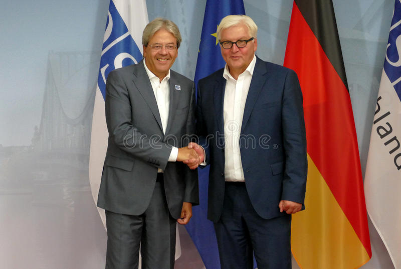 Il ministro degli affari esteri federale Dr Frank-Walter Steinmeier accoglie favorevolmente Paolo Gentiloni fotografia stock libera da diritti