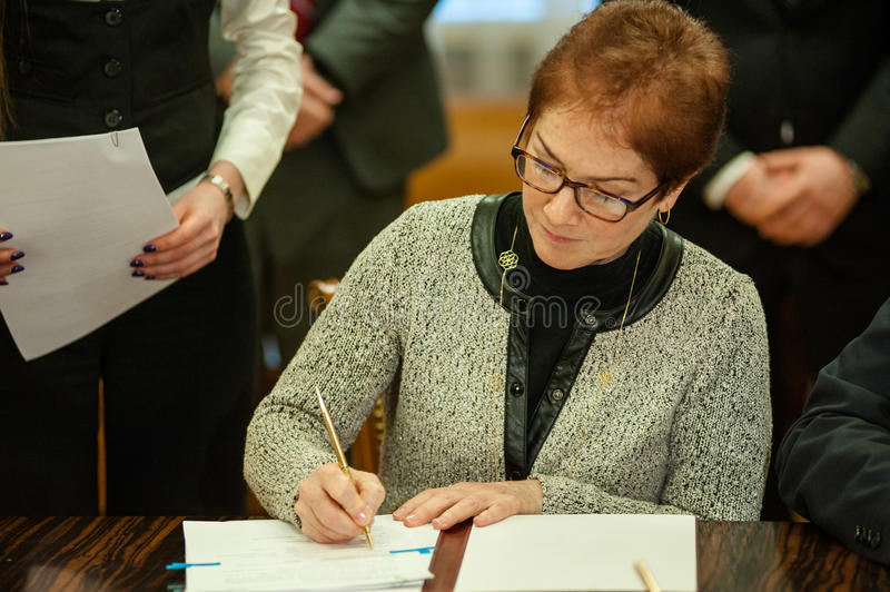 Il ministro dell'infrastruttura dell'Ucraina e di ambasciatore degli Stati Uniti in Ucraina ha firmato un memorandum immagine stock
