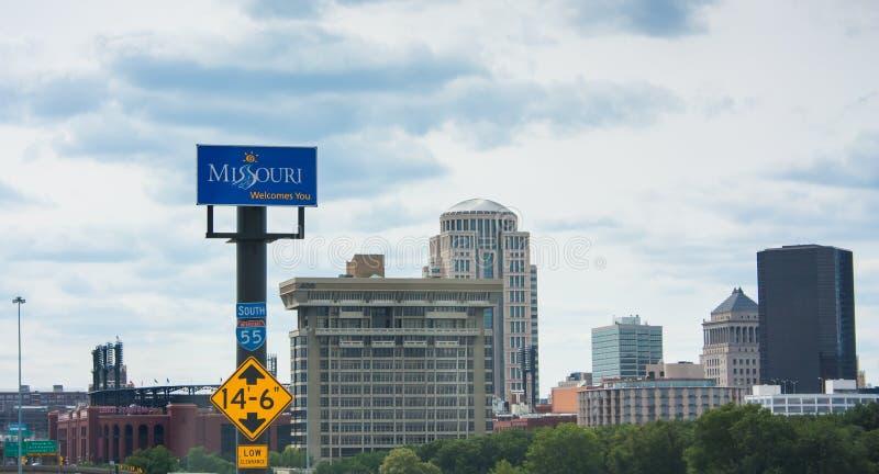 Il Missouri vi accoglie favorevolmente segno che si eleva sopra il da uno stato all'altro immagini stock