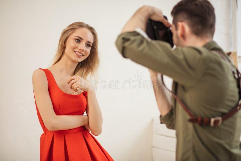 Il modello adorabile posa per un fotografo ad uno studio immagini stock libere da diritti