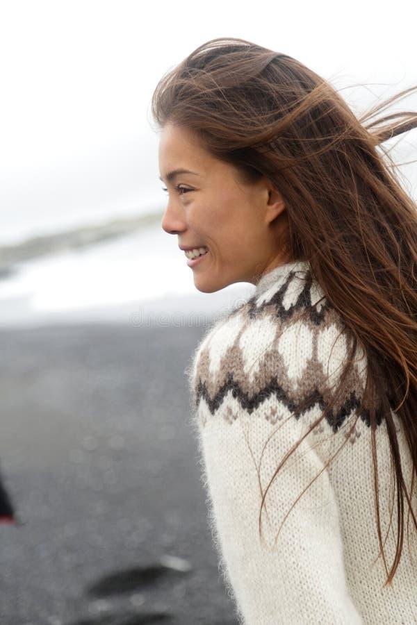 Il modello asiatico della donna del maglione dell'Islanda dell'inverno che indossa la lana tradizionale tricotta l'usura islandes fotografia stock