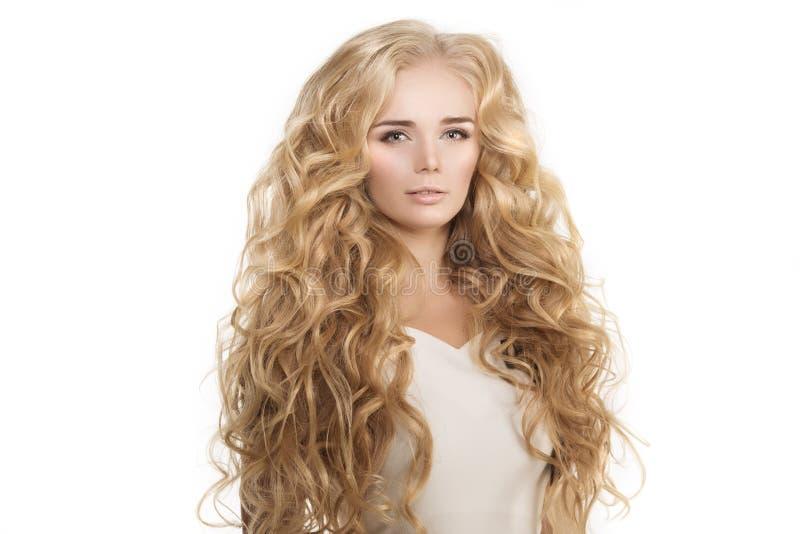 Il modello con le onde lunghe della bionda dei capelli arriccia il salone di capelli dell'acconciatura Upd immagini stock
