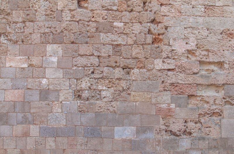Il modello del blocchetto di giallo e di rosso dalla vecchia architettura fortifica la parete fotografie stock libere da diritti