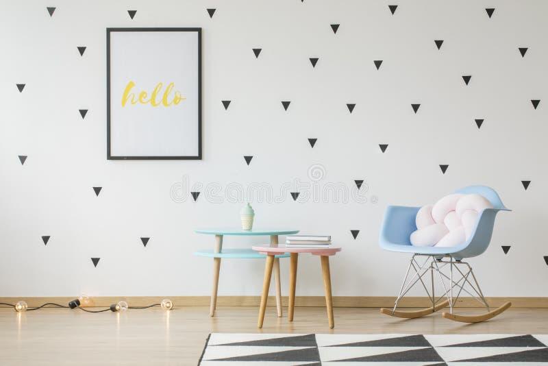 Il modello del manifesto sulla parete con i triangoli wallpaper in bambino intelligente fotografia stock libera da diritti