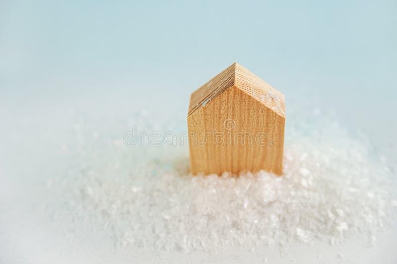 Il modello della casa di legno su un fondo Concetto del nuovo anno o di Natale Camera nella neve Carta di vacanze invernali fotografia stock