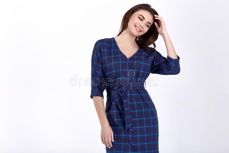 Il modello della donna di bellezza indossa lo stile convenzionale casuale dell'ufficio di progettazione di tendenza dell'abbiglia fotografia stock libera da diritti