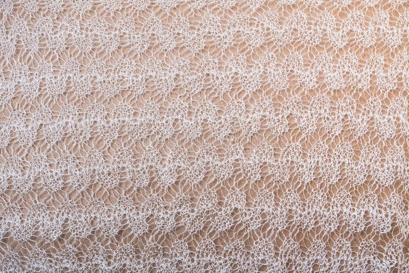 Il modello della mussola del primo piano tricottato fatto a mano bianco dello scialle per i progettisti purposes fotografia stock libera da diritti