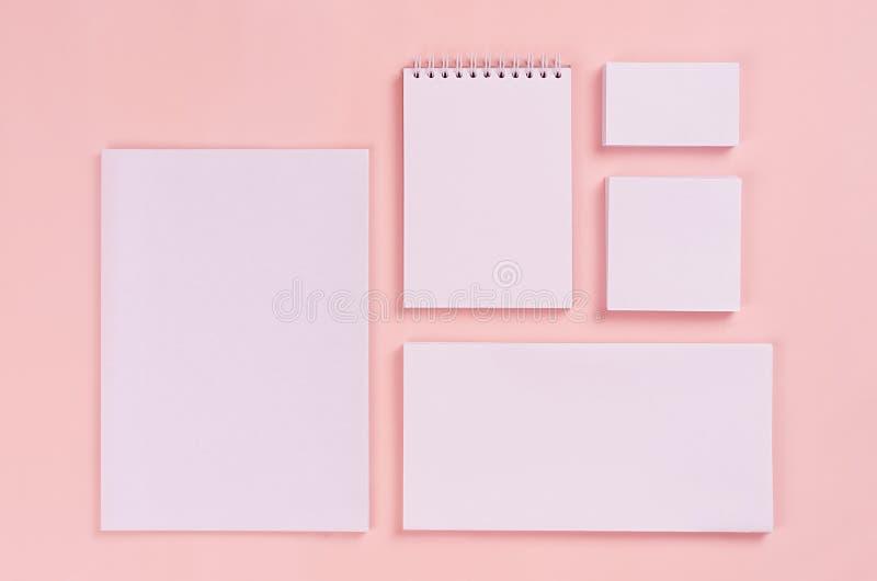 Il modello di identità corporativa, cancelleria bianca ha messo con i biglietti da visita in bianco, gli autoadesivi, blocco note fotografia stock
