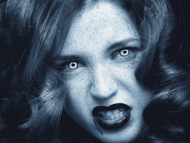 Il modello di moda abbastanza femminile che posa nello studio con gotico scuro compone immagine stock libera da diritti
