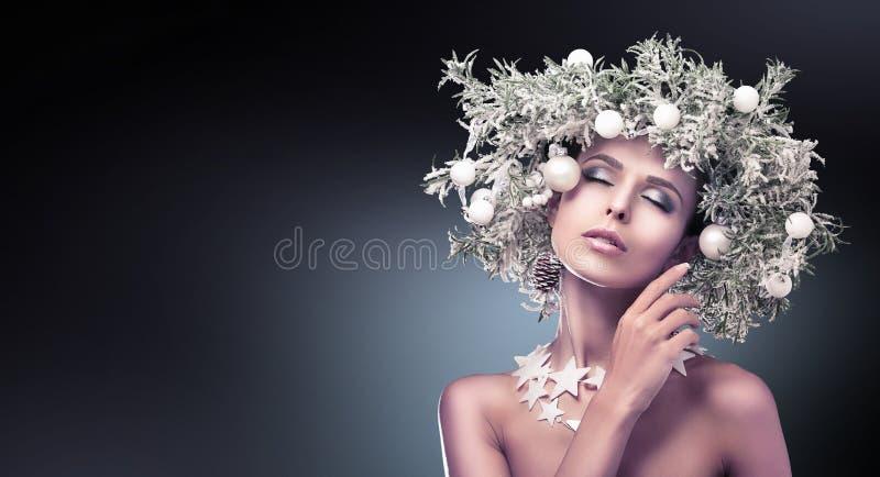 Il modello di moda Girl di bellezza con abete si ramifica decorazione fotografia stock