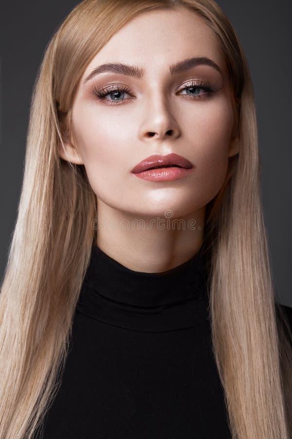 Il modello di moda sexy con capelli lunghi, i giovani occhi attraenti e bei europei, labbra piene, pelle perfetta sta posando den fotografia stock