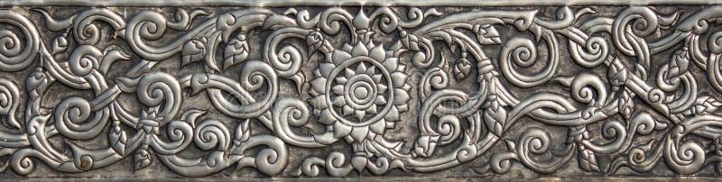 Il modello di di piastra metallica d'argento con il fiore ha scolpito il fondo fotografie stock libere da diritti