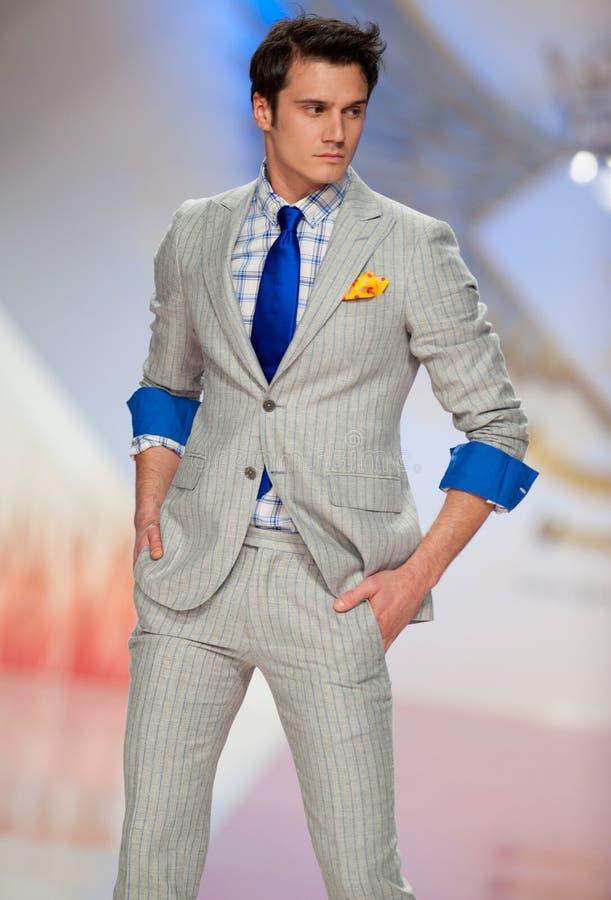 Il modello porta i vestiti fatti da modo dell'Ego Men immagini stock libere da diritti