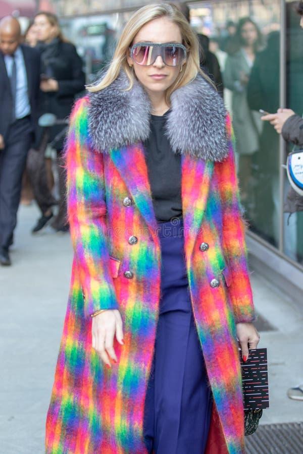 Il modello porta un cappotto lanoso multicolore fotografie stock