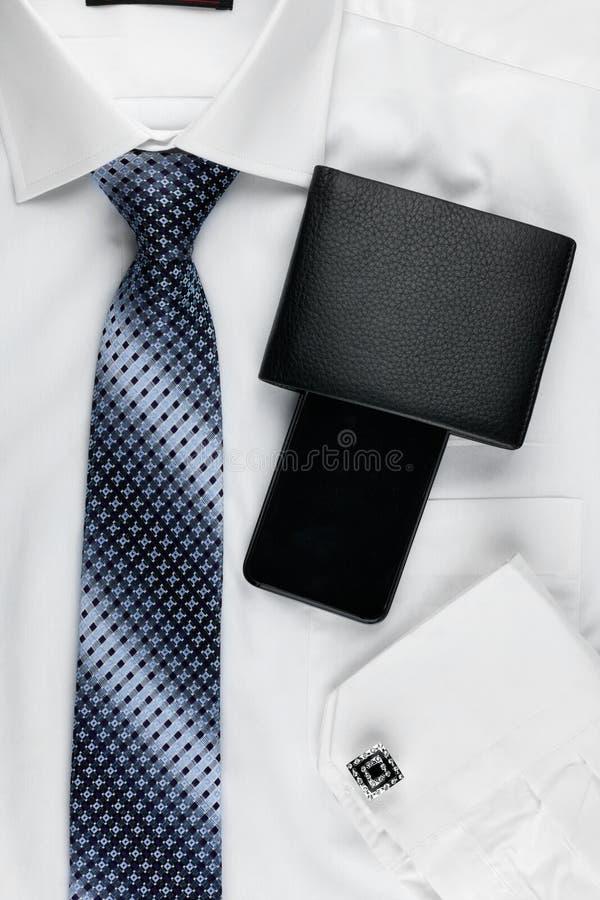 Il modo degli uomini classici di stile, legame, camicia, telefono fotografie stock
