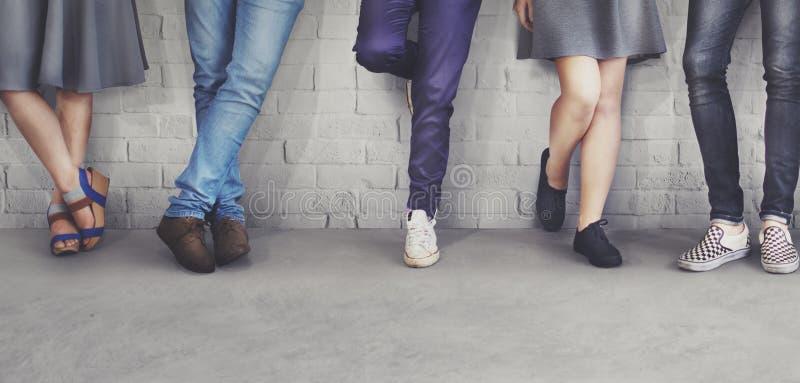 Il modo dei pantaloni a vita bassa degli amici di anni dell'adolescenza tende il concetto immagine stock