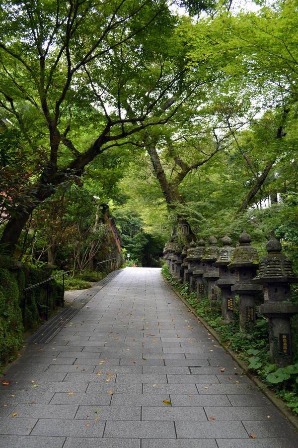 Il modo dell'entrata al giapponese shrine Nanzoin, Giappone Con i molti ` t immagini stock