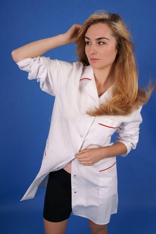 Il modo ha sparato del modello in cappotto medico fotografia stock libera da diritti