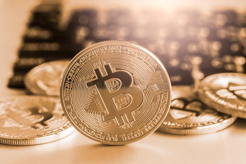 Il modo moderno dello scambio e del bitcoin è pagamento conveniente in glob immagini stock libere da diritti