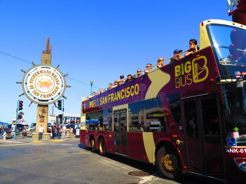 Il molo del pescatore con il bus turistico a San Francisco immagine stock
