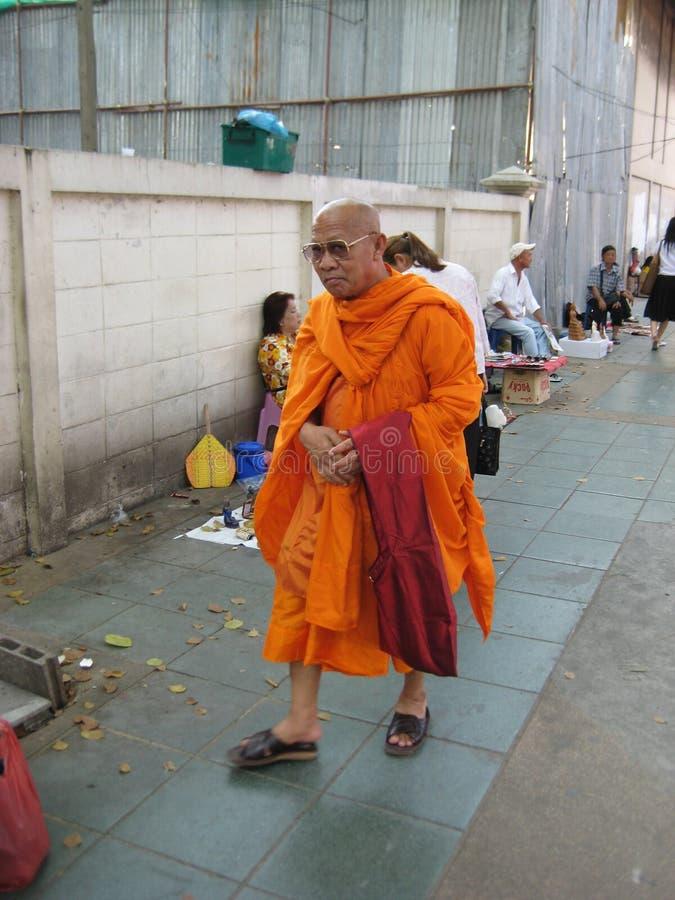 Il monaco buddista che va lungo le vie del mercato fotografie stock libere da diritti