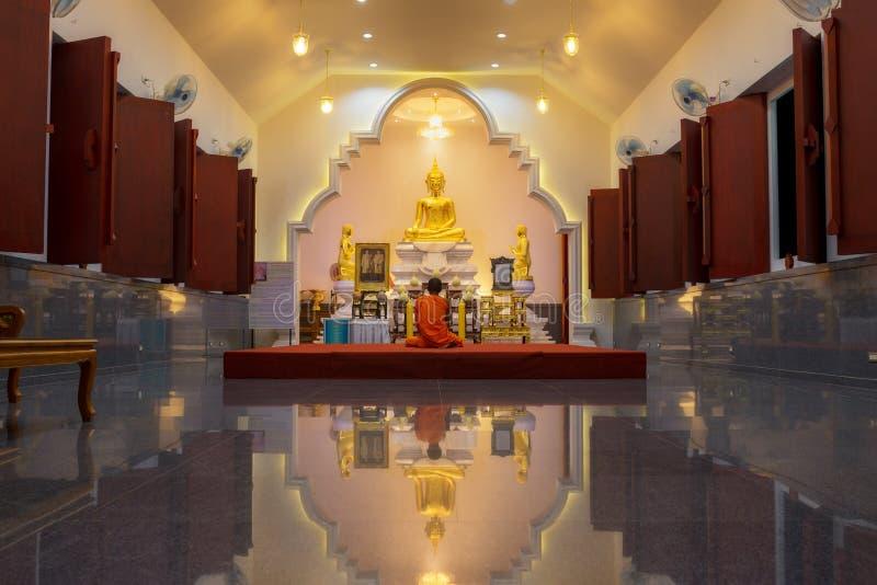 Il monaco buddista Vipassana che si siede nella chiesa buddista immagini stock