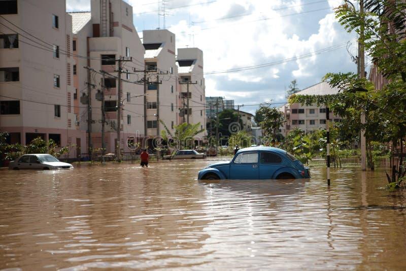 Il monsone della Tailandia, automobili in acqua ha sommerso la via immagine stock